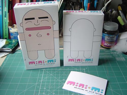 Primeira embalagem (esquerda), nova embalagem (direira) dos mini-mis. Porta papel de carta e cerditão de nascimento no primeiro plano
