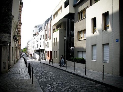 2~3층 정도의 집들이 늘어 서 있는 거리