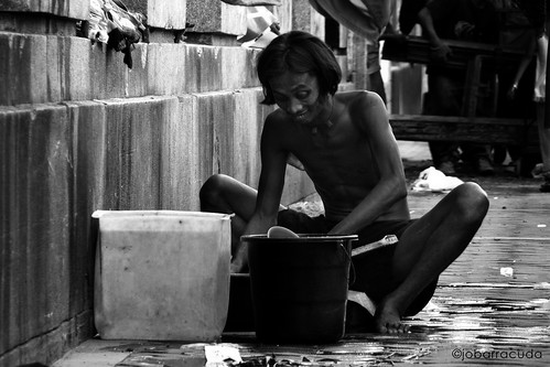 man doing laundry street sidewalk city washing clothes Pinoy Filipino Pilipino Buhay  people pictures photos life Philippinen  菲律宾  菲律賓  필리핀(공화�) Philippines