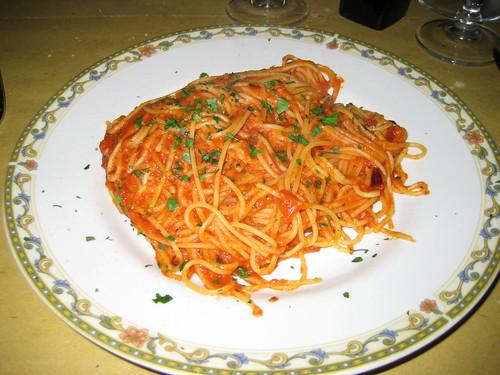 Spaghetti with tomato sauce, garlic & red pepper