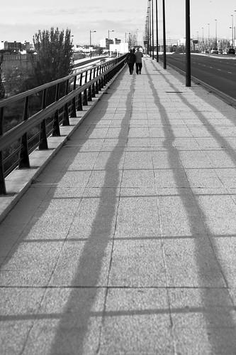 Alejándose por el puente