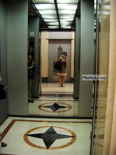 85大樓內超級大的電梯!