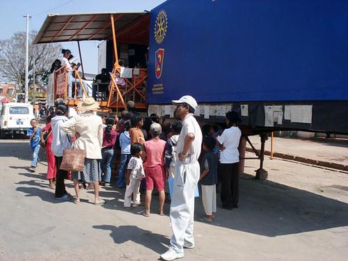 Kids queueing up to enter the Bibliobus