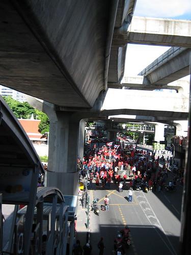 หน้าก้อน อเมซซิ่งไทยแลนด์ดีค่ะ รถถังมาตั้งอยู่หน้าก้อน มีแต่คนถามว่าเอามาได้ไง (วันนั้นแถวก้อนมีแต่ชาวต่างชาติเป็นส่วนใหญ่ เพราะคนไทยคงเก็บตัวไม่ก็ออกนอกกรุงเทพกัน)
