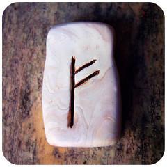 rune pendant : FEHU