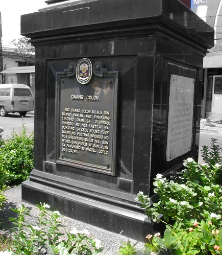 This monument marks the beginning of Calle Colon, or as its Tagalog name in the NHI marker suggest, Daan Colon. Mabini is the calle that intersects with Colon. This area was commonly referred to as Parian, the Filipino Hispano name for Chinatown during those days. Founded by Legazpi, it became the center of trade and activity, making it the most prosperous district during the early period of the colony.
