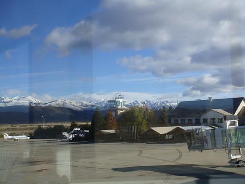 V11-0154 (nome provisório) - Argentina, San Carlos de Bariloche, aeroporto, 22 de maio de 2011 - desembarque