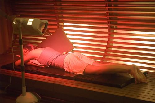 請Model趴著示範以飛利浦紅外線照護燈照射背部。