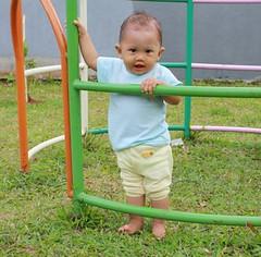 bermain di taman belakang