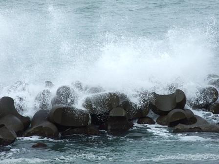 テトラポットに打ち付ける波しぶき