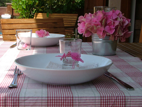 tablescape with pink hortensia macrophylla