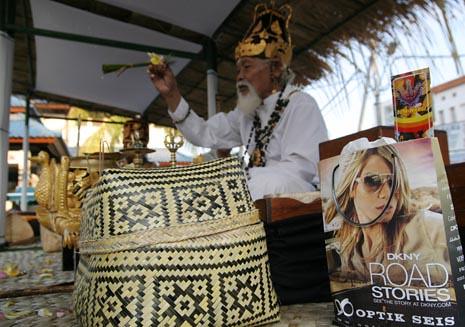 Seorang Pedanda memimpin doa saat pemelaspasan monumen bom Bali di kuta.