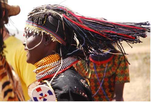Mujer Turkana bailando