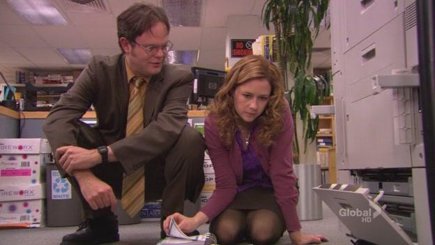 Pam arrumando a copiadora.