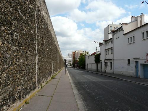 Le long du mur d'enceinte