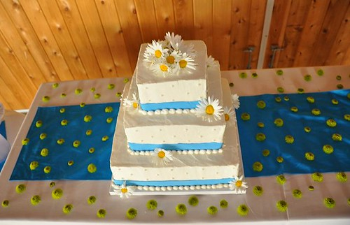 Daisy Cake with Button mums