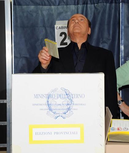 Silvio Berlusconi si raccomanda a ... mentre depone la scheda nellurna (foto di giuseppenicoloro)