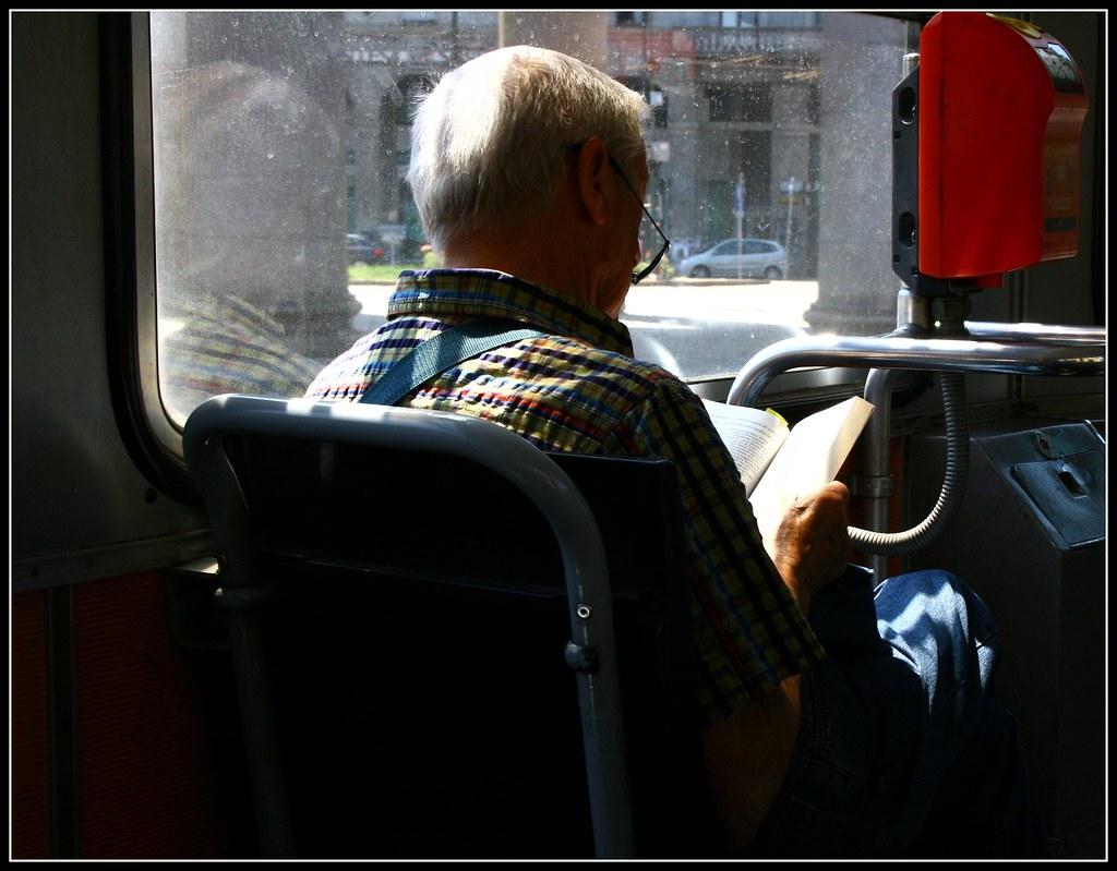 Leggere in tram, a milano, sulla linea 3, a porta ticinese - luiginter, flickr