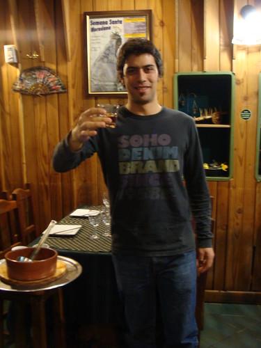 V11-2084 (nome provisório) - Argentina, San Carlos de Bariloche, restaurante Breogan, 27 de maio de 2011 - brinde com queimada