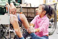 Tangan Mungil Tse Tse sedang memijak kaki papanya