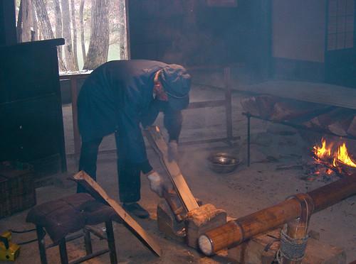 Haciendo tejas de madera.