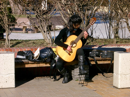 Joven inconformista tocando la guitarra: