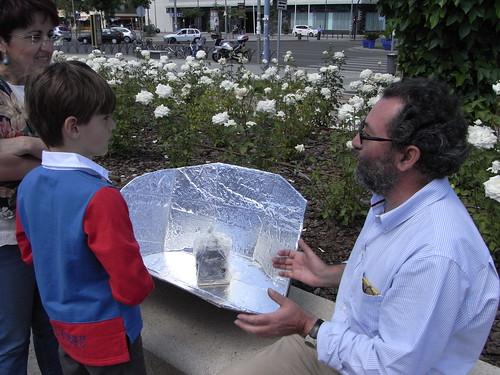 Pepe Larios mostrando el buen funcionamiento de la cocina solar para hervir patatas.