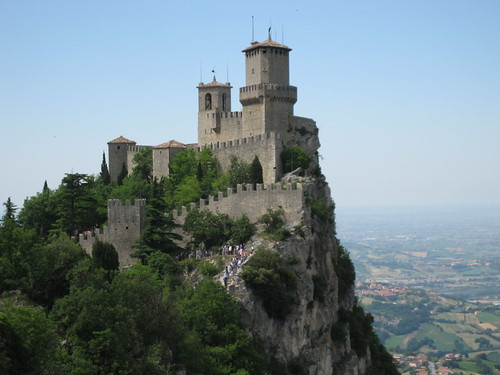 Día 3: San Marino (San Marino: Muralla, Monasterio Santa Clara, Palacio Público, Basílica del Santo, Tres Torres, Museo del Estado, Convento Capuchinos, etc).