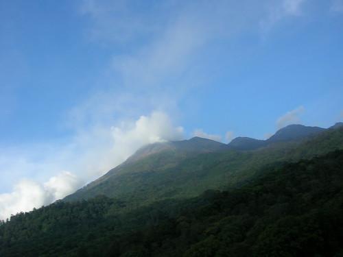 Gunung Arjuno yang mengeluarkan asap belerang