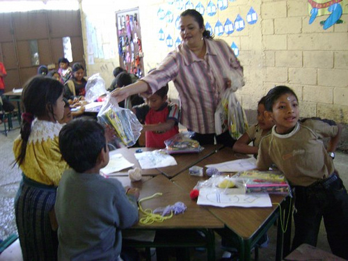 Repartiendo los utiles | Delivering school supplies