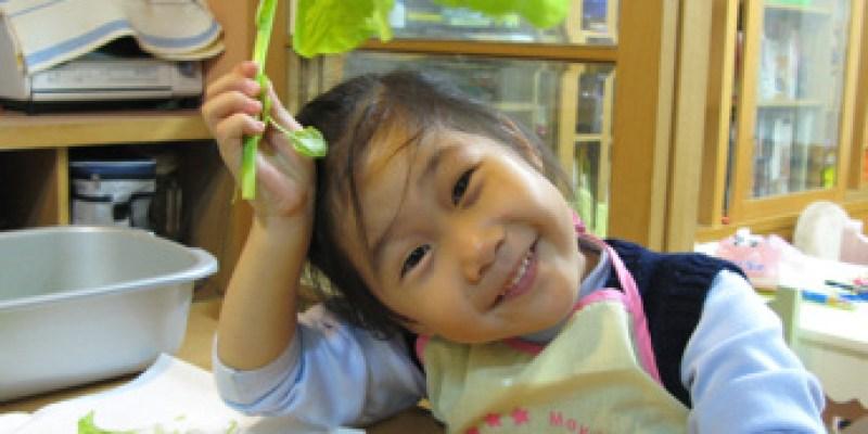 【Video】廚房小幫手:yoyo撕莧菜(4.6ys)