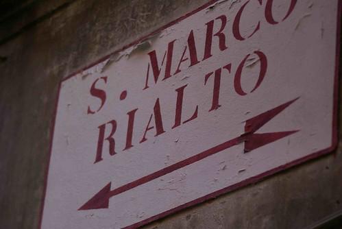 แต่ไม่ได้ต้องใช้แผนที่แต่อย่างใด (โดนหลอกให้ซื้อมาบาทนึง ที่นี่ซื้อขายทุกอย่าง) เพราะเดินตามป้ายนี้เท่านั้น คือ ไปสะพานริอัลโต และ โบสถ์เซนต์มาร์ค (san marco เป็นภาษาอิตาลี)