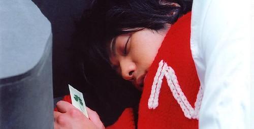 圍著梨衣子送的圍巾及手製卡片沉睡的奈特...