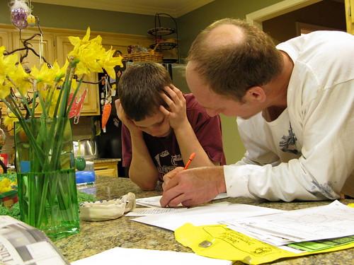 padre explicando a hijo