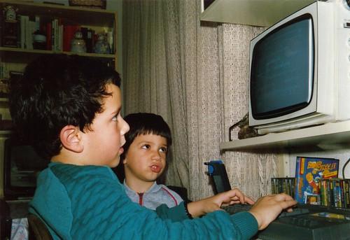 Jugando con el Spectrum en Enero de 1988 ante la atenta mirada de mi hermano