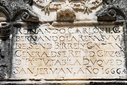 Inscripción en piedra en el Portal de San Nicolás, situado en los Jardines de la Taconera