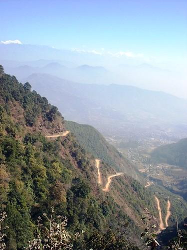 थानकोटबाट चित्लाङतर्फ लाग्ने उकालो मोटरबाटो। त्यसो त काठमाडौं छिर्ने ऐतिहासिक बाटोको अस्तित्व पनि बाँकी नै छ जसबाट हिड्दा यो मोटरेबाटो भन्दा छिटो हुन्छ।