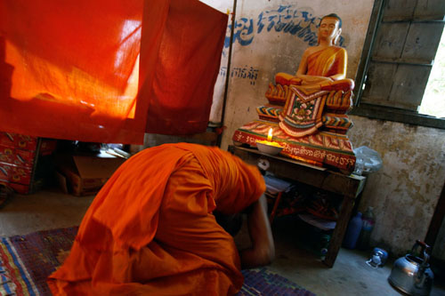 Pheakhdey bersembahyang di biliknya di Vihara Siem Reap, Kamboja.