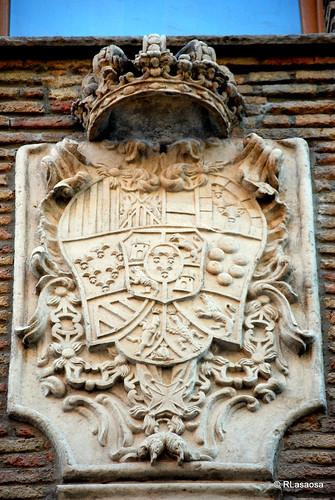 Escudo de armas de la monarquía española durante el reinada de Carlos III, situado sobre la puerta del albergue de peregrinos de Pamplona, antigua Iglesia de Jesús y María.  Albergue de peregrinos de Jesús y María, en la calle Compañía de Pamplona