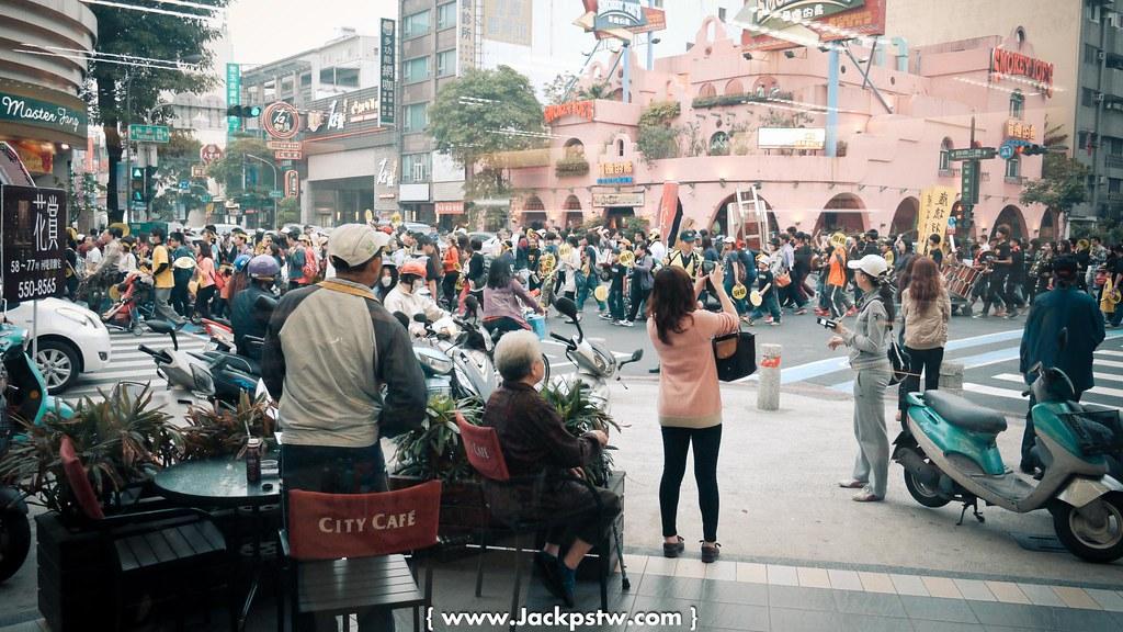 反核活動開始繞街活動:從7-11內看出去的畫面