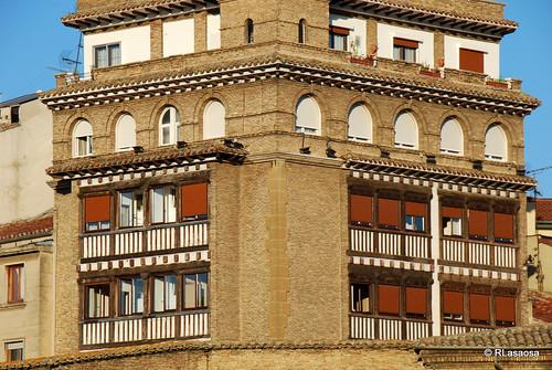 Vista de la fachada Hotel Eslava, que da a la Plaza de la Virgen de la O y de la fachada a la calle Recoletas,  visto desde los jardines de la Taconera.