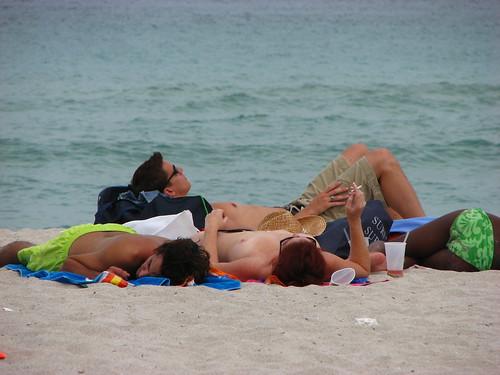 Top less pela manhã em Miami Beach