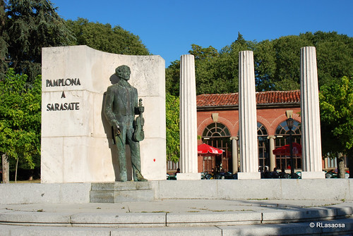 Erigido en 1959, fue proyectado por Cándido Ayestarán, siendo la estatua obra del escultor Eduardo Carretero.