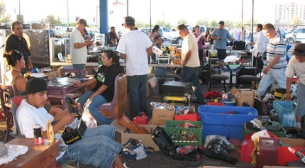 The Los Perros swap meet has seen fewer customers lately. (Photo: Valeria Fernández)