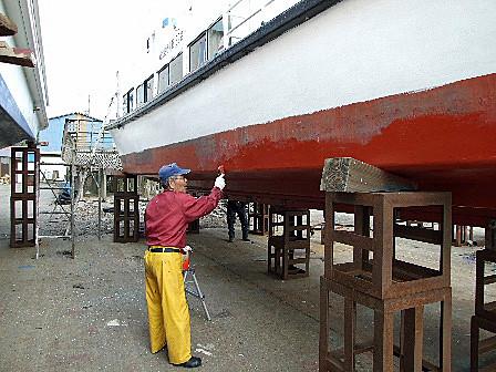 船底塗料を塗る・・・笹川流れ遊覧船準備作業