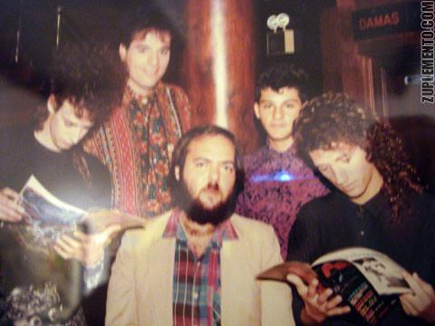 Foto de una foto de Soda Stereo leyendo Clips con Darias.