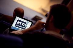 Photo de Karl Dubost préparant sa présentation durant Paris Web