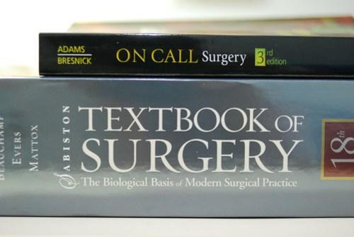 至於上面那本 On call surgery 則是展 V 推薦的 R1 好書…