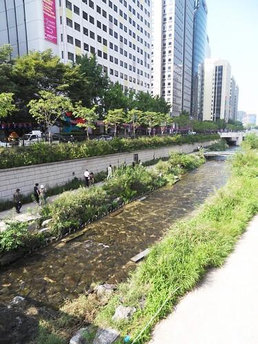 Cheong Gye Cheon on a sunny day