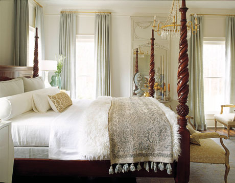White bedroom + four poster bed: 'Moonlight White' by Benjamin Moore